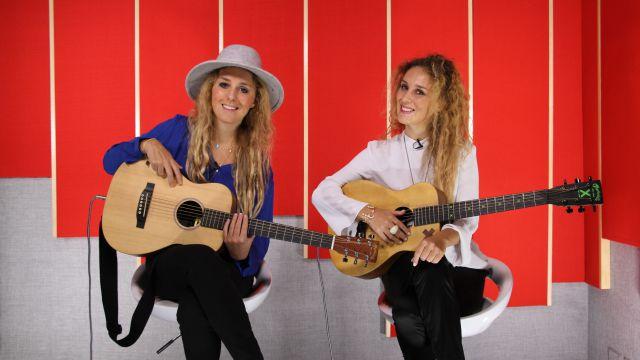 Estas talentosas hermanas colombianas nos deleitan con su voz y guitarra en una sesión acústica.