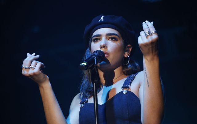 La cantante británica ha alcanzado el número 1 con su single