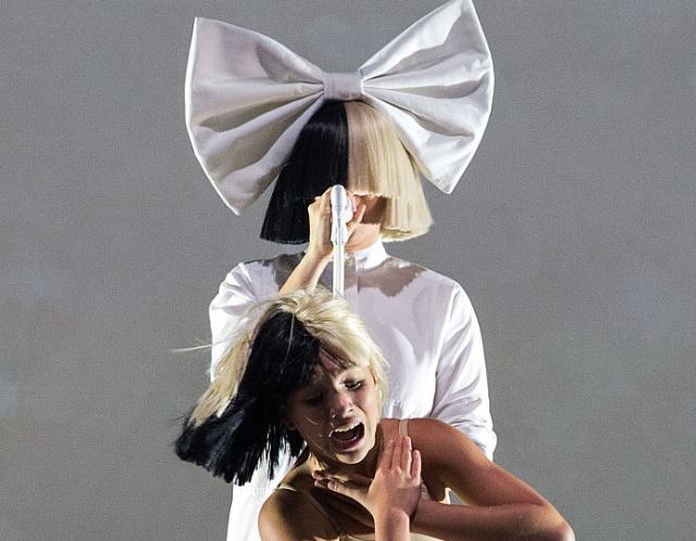 La cantante Sia, presento este lunes su primer álbum de navidad, titulado Everyday is Christmas.