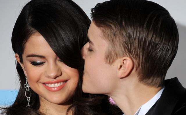 En foto quedó registrado el momento en que Justin y Selena se dan un apasionado beso.